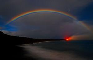 En ella se puede apreciar un arco íris creado por las gases que emanan del volcán Kilauea a última hora de la tarde.